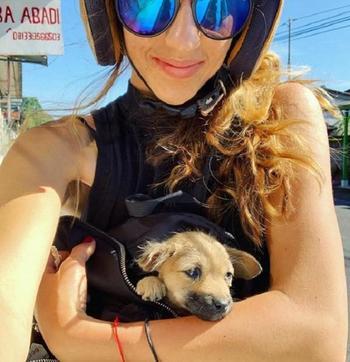 Девушка спасла больного щенка