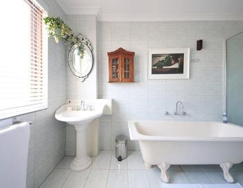 7 способов навести порядок в ванной без шкафов