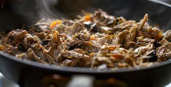 Что делать, если на сковородке пригорает пища?
