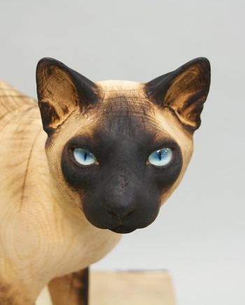 Художник вырезает невероятно реалистичные скульптуры домашних животных из массивных стволов дерев