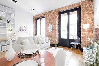 Замечательная квартира с кирпичной стеной в Мадриде