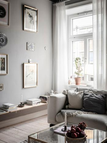 Царство постеров и черный потолок: атмосферная квартира в Швеции
