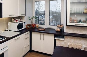 Идеи использования подоконника на крохотной кухне не по назначению