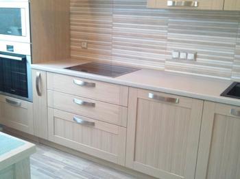 Кухня: деревянная мебель, полосатая отделка