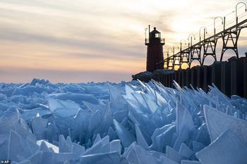 Ледяное волшебство: озеро Мичиган покрылось «чешуей дракона»