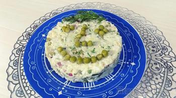 Простой салат из риса с вареной рыбой и яйцами