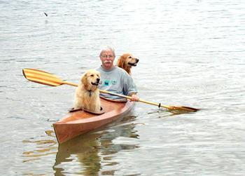 Мужчина создал особенную байдарку, чтобы брать своих собак в путешествия