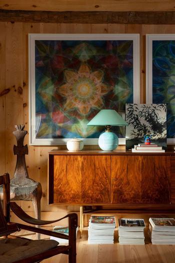 Красочные интерьеры деревянного дома в США