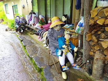 Мертвые души: художница «населила» опустевшую деревню куклами