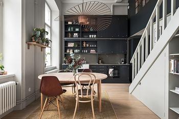 Квартира с высокими потолками и антресольной спальней в Стокгольме