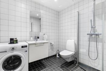 Просто дырка в полу, ванны нет. Какие санузлы у шведов