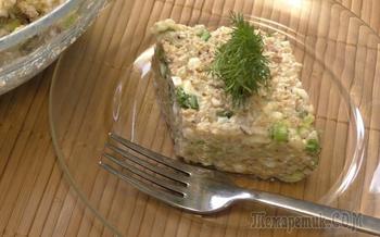 Салат из риса и рыбных консервов с яйцом. Короткий видео рецепт