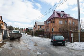 Хрусталь и мрамор или бетон и кожа. Исследуем пригородный коттедж в псевдоклассическом стиле и квартиру за те же деньги