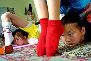 Монгольских девочек забирают из семьи, чтобы превратить в знаменитых акробаток