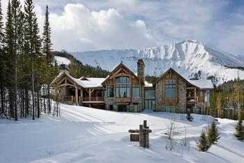 Роскошный дом из натуральных материалов на удивительном участке в горах