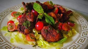 Салат с куриной печенью и мятным соусом