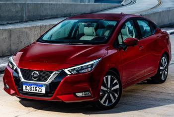 Nissan Versa 2021: практичный и недорогой седан для города