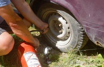 Накачать колесо без насоса: 5 популярных примеров, которыми лучше не пользоваться