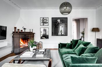 Зеленый бархатный диван и большая библиотека: квартира в Стокгольме (123 кв.м)
