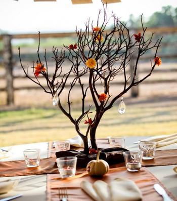 Букеты из веток и маленькие деревья: декор стола