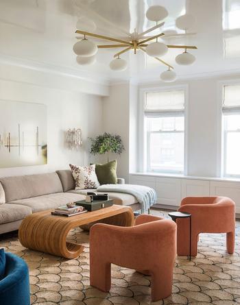 Интерьер таунхауса в Нью-Йорке с росписью на стенах и необычной мебелью