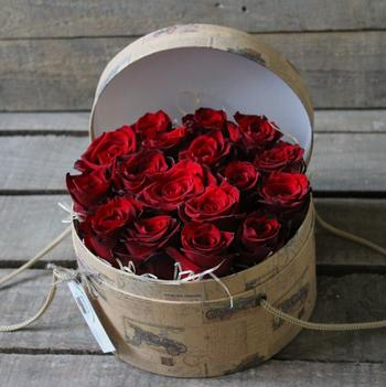 Как сделать модный букет в коробке из живых цветов