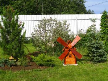 Декоративная мельница — фото вариантов использования в ландшафтном дизайне