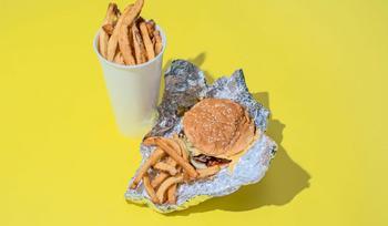 Как выглядят 2 тысячи калорий в виде блюд из фастфуда