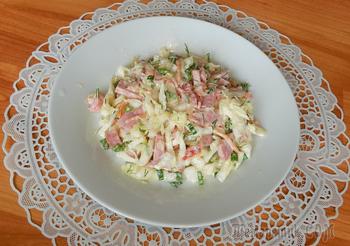 Простой салатик из капусты с полукопченой колбасой . Видео рецепт