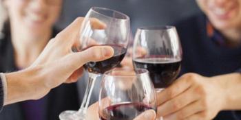 Пить красное вино во сне: толкование веселых грез