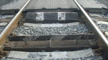 Вопрос на засыпку: зачем нужна чёрно-белая планка на железнодорожных путях?