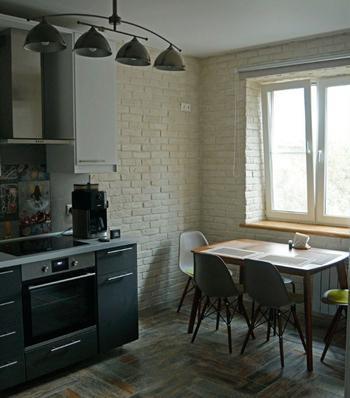 Кухня: кирпич на стенах и необычный фартук
