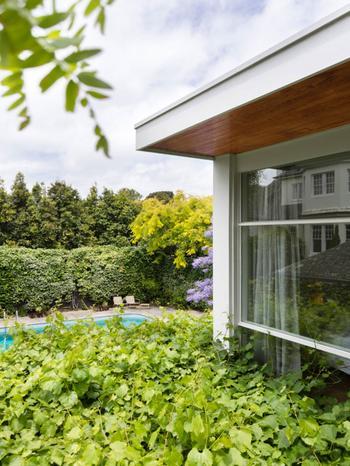 Уютный и светлый дом с тёплыми интерьерами, утопающий в зелени