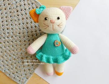 Очаровательная кошечка в платьице