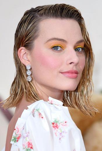 Неоновые тени и эффект мокрых волос — новый звездный бьюти-тренд
