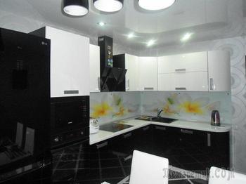 Кухня: черно-белый интерьер с цветами на скинали