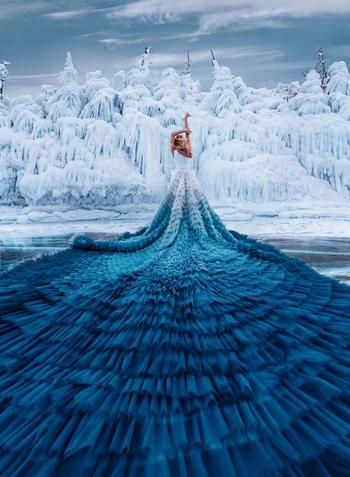 16 девушек в сказочных платьях, которых снял фотограф, путешествуя по волшебным местам