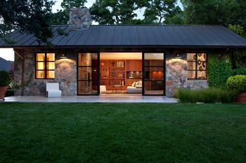 Современный гостевой дом из камня с открытой планировкой