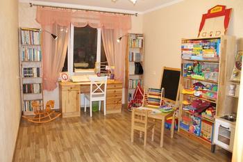 Детская: деревянная кровать-трансформер и 26 контейнеров для хранения