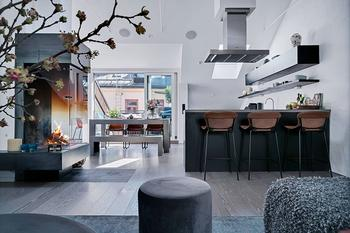 Черно-белая квартира с небольшой террасой в Стокгольме