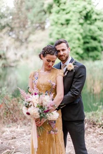 Банда очаровательных енотов ворвалась в свадебную фотосессию пары