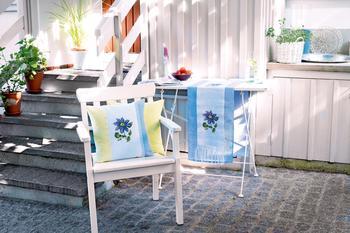 Голубые клематисы: вышиваем подушку и дорожку на стол