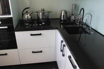 Кухня: маленькая, черная