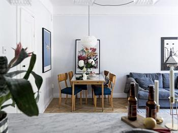 Скандинавская двушка 45 м² с серой спальней и аквариумом