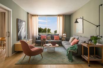 «Свежая» квартира в Барселоне в розовых и зеленых тонах