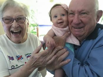 Родители сняли реакцию бабушек и дедушек от первой встречи с внуками. Даже дыхание перехватывает