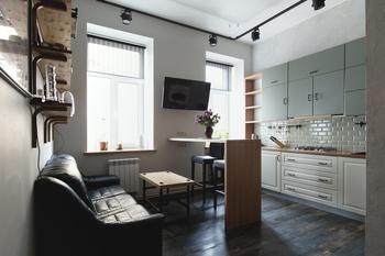 Лофт с мини-кабинетом и сауной для семьи татуировщиков