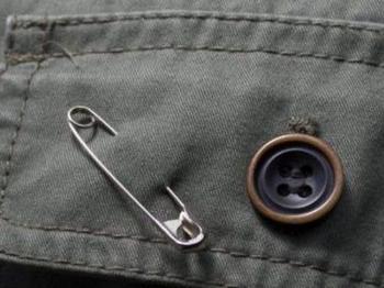 Как правильно приколоть и носить булавку от сглаза