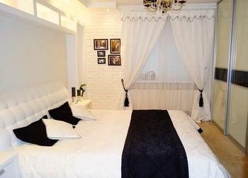 Спальня: бело-черная, с кирпичными стенами и необычным освещением в изголовье