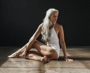 В тренде - естественная красота: элегантная модель рекламирует купальники в 61 год